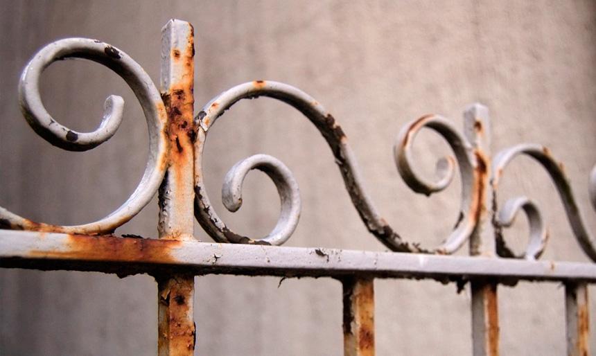 Cómo restaurar una puerta de hierro en mal estado 6